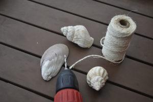 Ein Windspiel aus Muscheln bauen